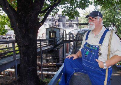 Kennzeichen Jeans-Latzhose: Touristenführer Bob in der Brennerei von Jack Daniels in Tennessee.