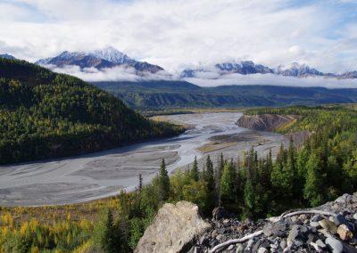 Das Flusstal des Matanuska-River in Alaska in der Nähe der Stadt Palmer. Über Zehntausenden von Jahren hat der Gletscher das Tal freigegraben.