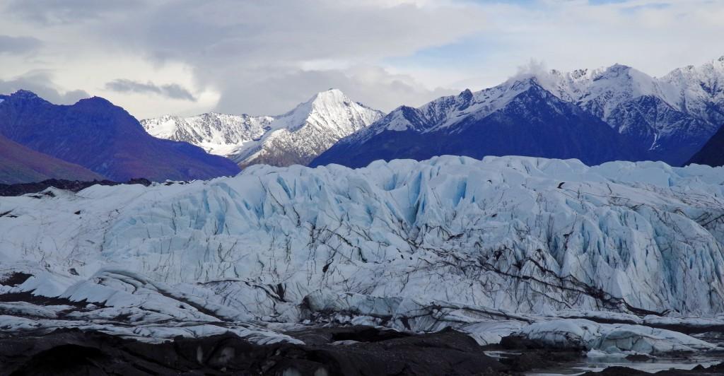 Die Gletscherzunge des Matanuska, dessen Eismassen in zartem Blau glitzern.