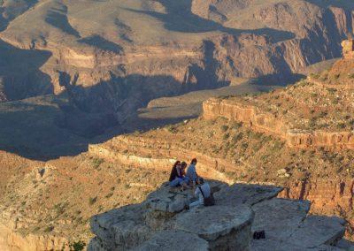 Touristen genießen die Abendstimmung am Südrand des Grand Canyon.