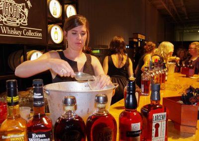 Kentuckey: Bourbon, Bourbon, Bourbon: Ausschank beim Kentucky Bourbon Festival in Bardstown.