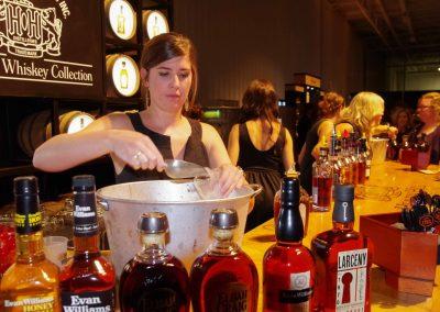 Kentuckey: Bourbon, Bourbon, Bourbon: Ausschank beim Kentucky Bourbon Festival in Bardstown.