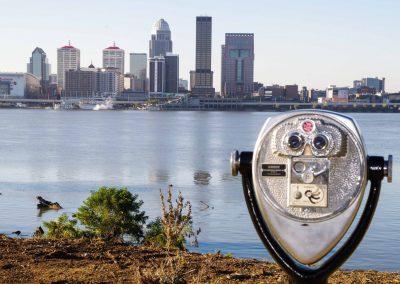 Indiana: Blick vom Ufer des Ohio-River auf Louisville in Kentucky.