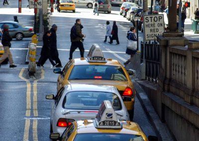 New Jersey: Fußgänger und Taxis in New York.New Jersey: Fußgänger und Taxis in New York.