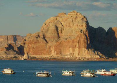 Boote auf dem Lake Powell bei Page an der Grenze von Arizona und Utah.