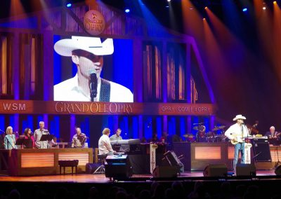 """Tennessee: Ein Country-Sänger in der Radioshow """"Gran Ole Opry"""", die täglich in Nashville aufgezeichnet wird."""