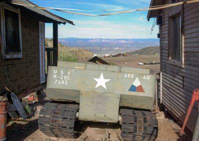 Auch dieses alte Militätfahrzeug hat seinen Weg in die Einsamkeit von Arizona gefunden.