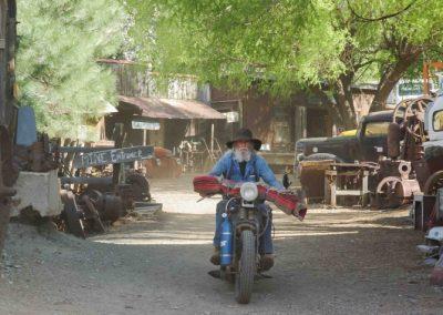 Harley fahren ist eine Freude, und wenn es nur über den Hof ist.