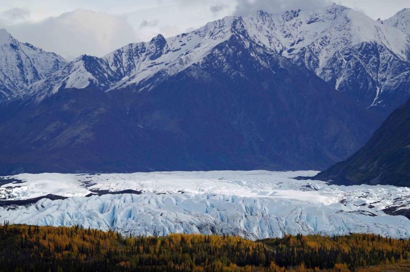 Durch ein Tal in den Chugach-Bergen schiebt sich der Matanuska-Gletscher in Richtung Palmer.