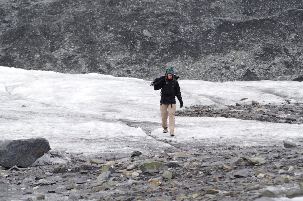 Auf der Jagd nachdem Blau: Eine Fotografin schlepp ihre Kameraausrüstung über den Gletscher.