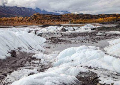 Die Ausläufer des Gletschers vor der herbstlichen Kulisse der Chugach-Berge.