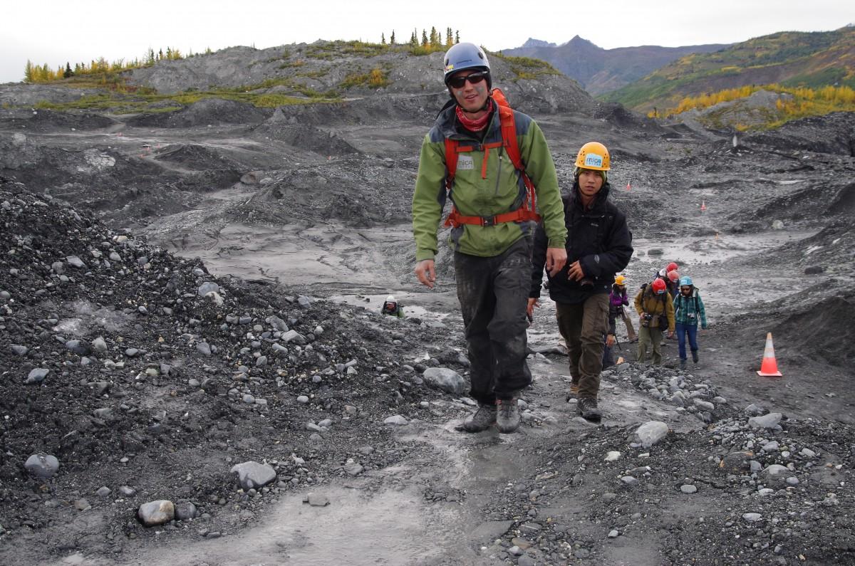 Mit Helm und Spitzhacke ausgerüstet, unternehmen asiatische Touristen eine Trecking-Tour auf den Matanuska-Gletscher.