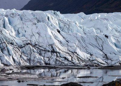 Auf seinem Weg ins Tal hat der Gletscher Geröll und Schmutz aufgesammelt, das ihn wie Adern durchzieht.