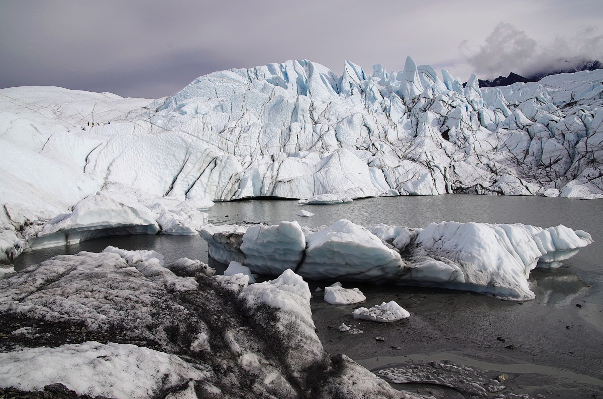 Über Eisplatten und Gletscherbrocken kommt gelangt man an den Gletschersee.