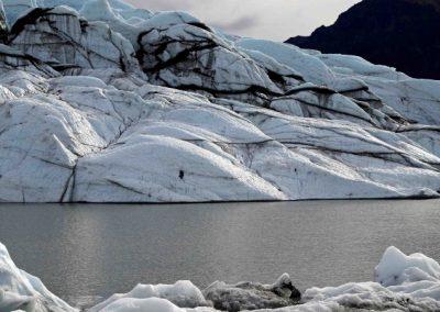 Im Gegenlicht treten die Konturen des Gletschers deutlich hervor