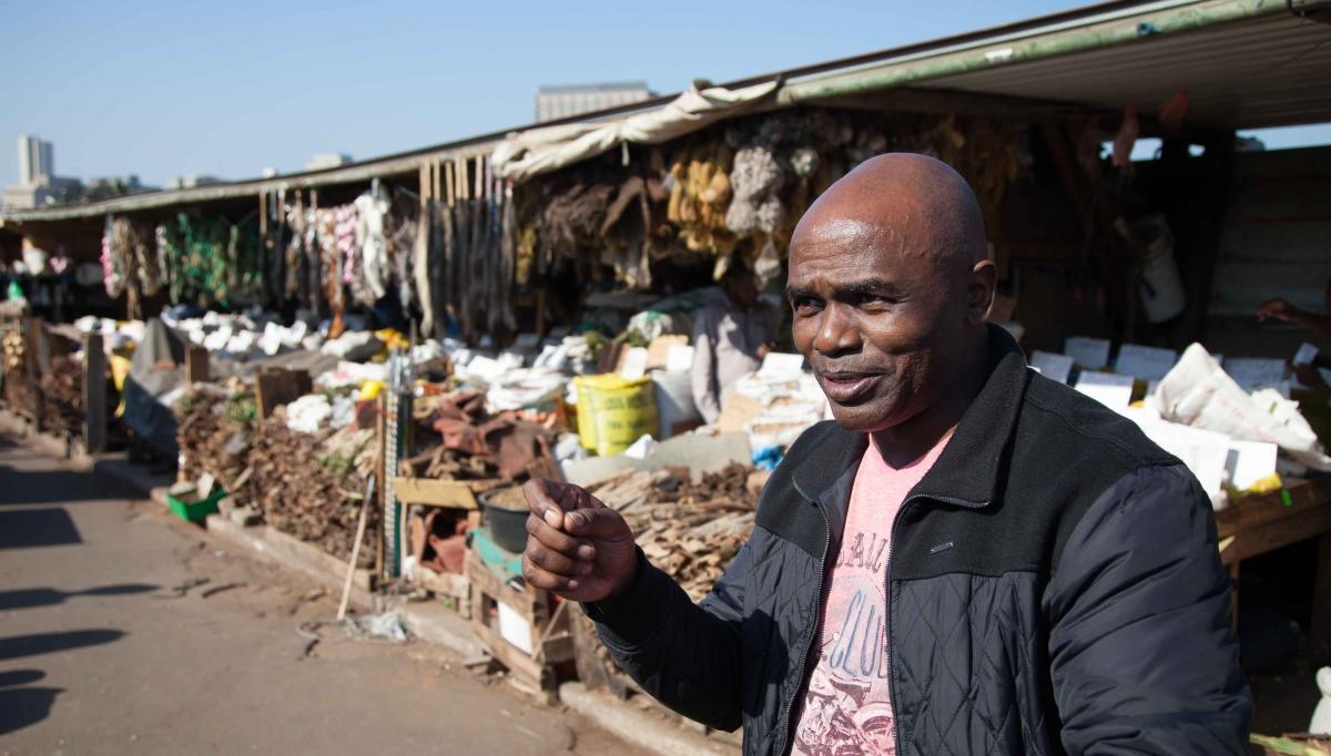 Patrick, ein ehemaliger Polizist, erläutert die Besonderheiten des Marktes für traditionelle afrikanische Medizin.