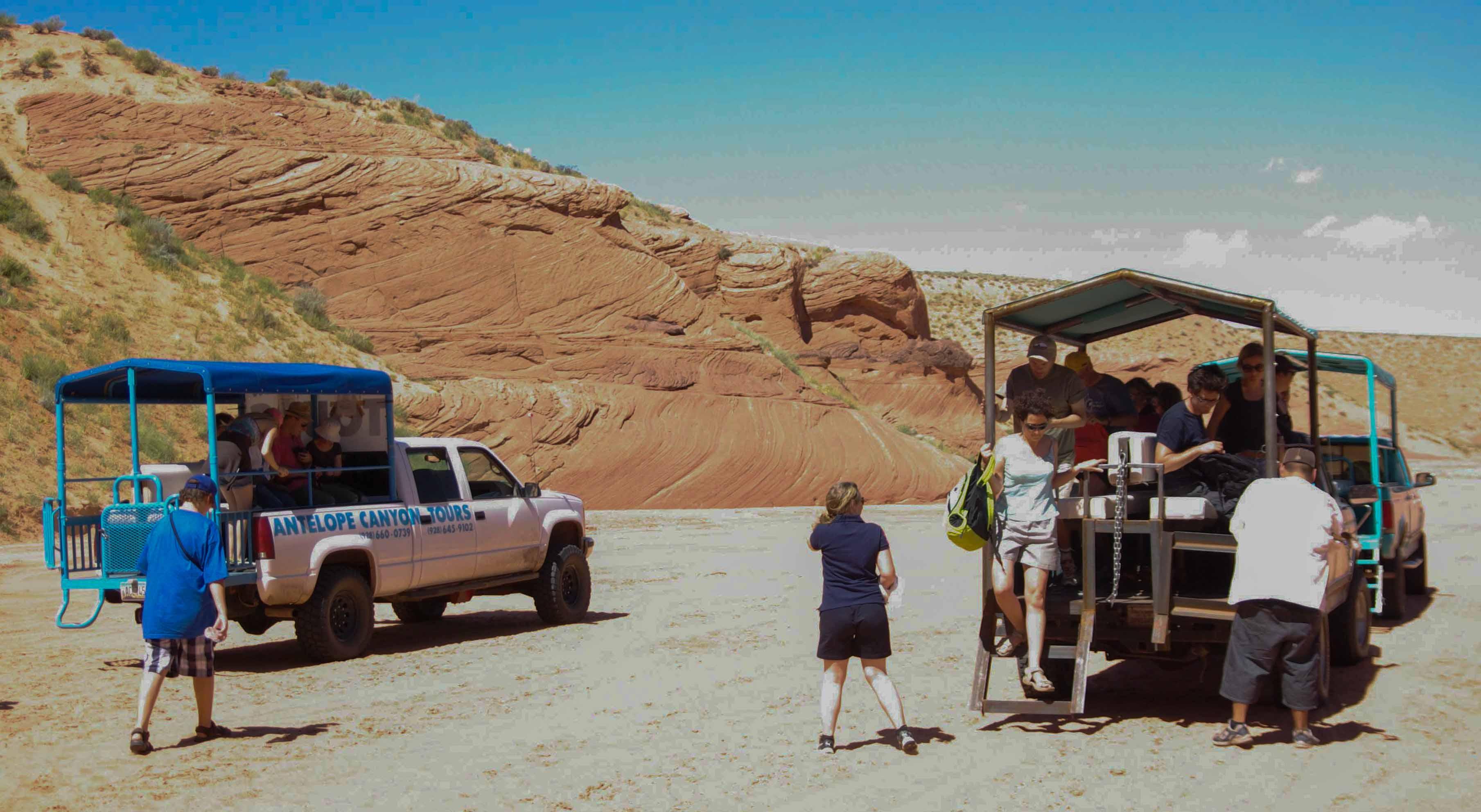 Fahrt durch das Flussbett: Auf der Pritsche kleiner Trucks werden die Touristen zum Antelope-Canyon bei der Kleinstadt Page in Arizona gebracht.