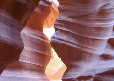 Mit der Wirkung eines Scheinwerfers: Licht dringt von oben in die Schlucht.