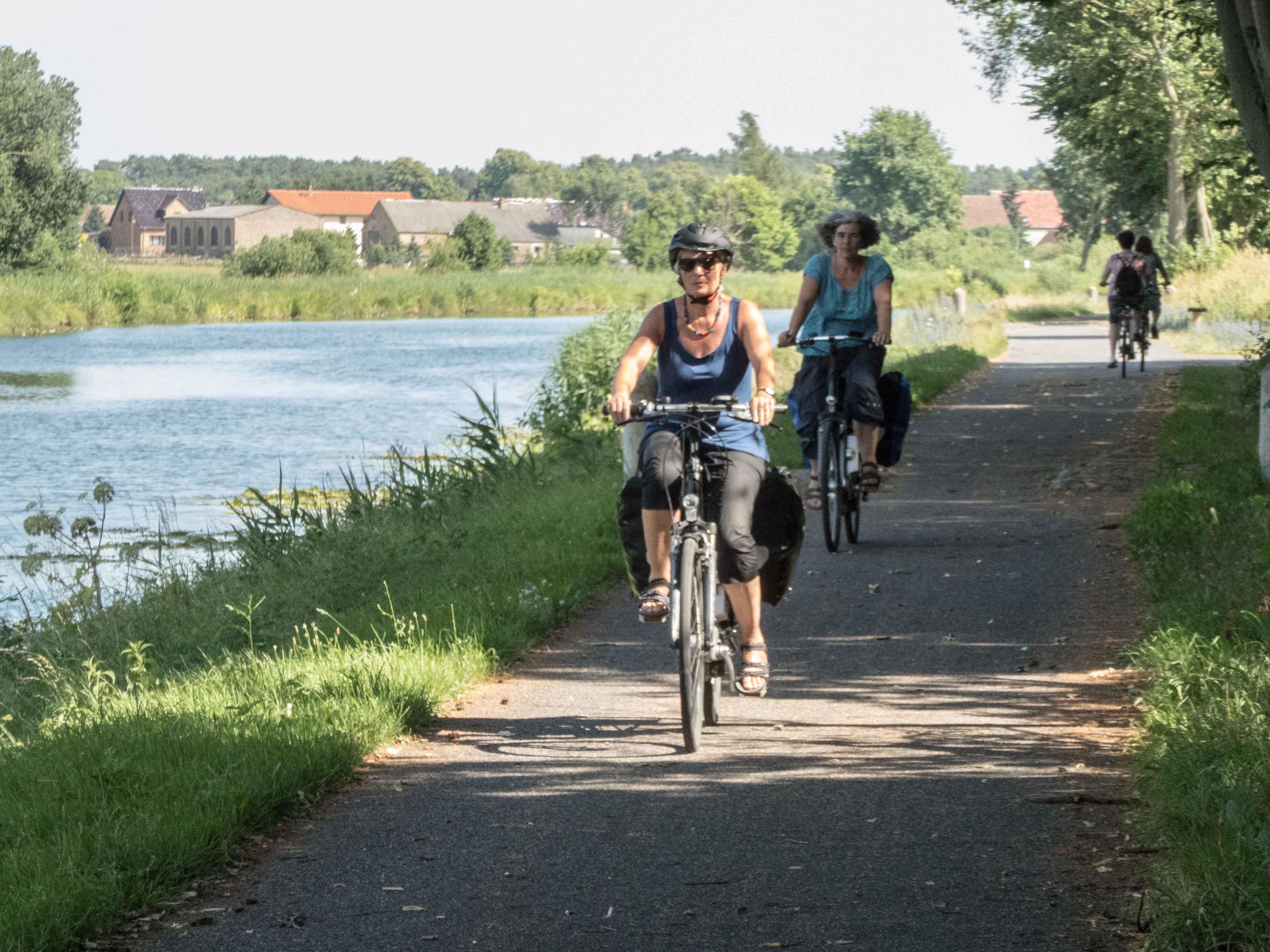 Radfahrer an der Havel bei Neustrelitz.