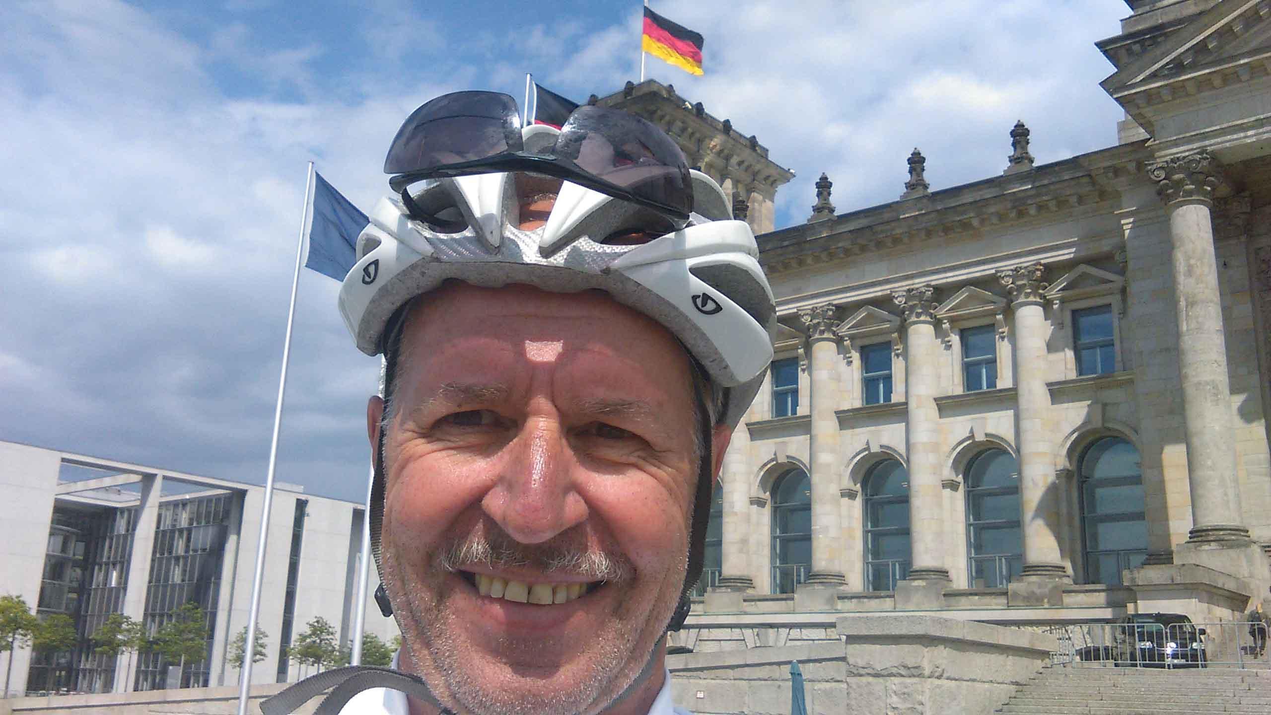 Der Abschluss einer Radreise durch den Sommer in Dänemark und Mecklenburg: ein Selfie vor dem Reichstag.