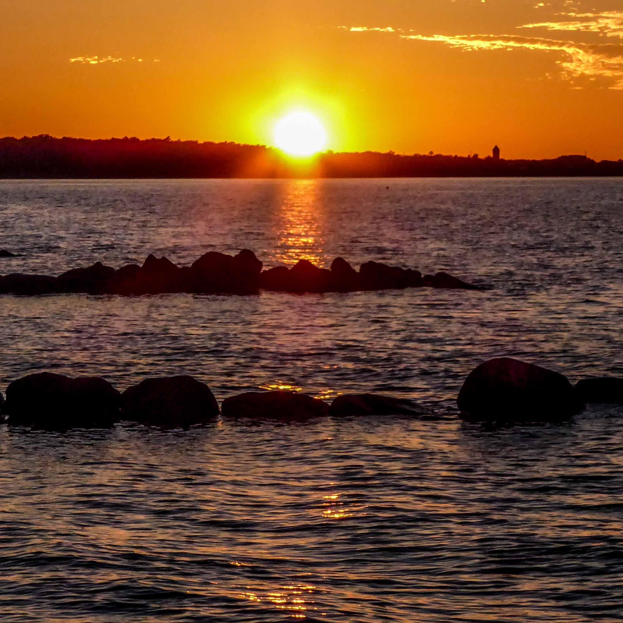 Die Abendsonne lässt das Meer bei Köge strahlen.
