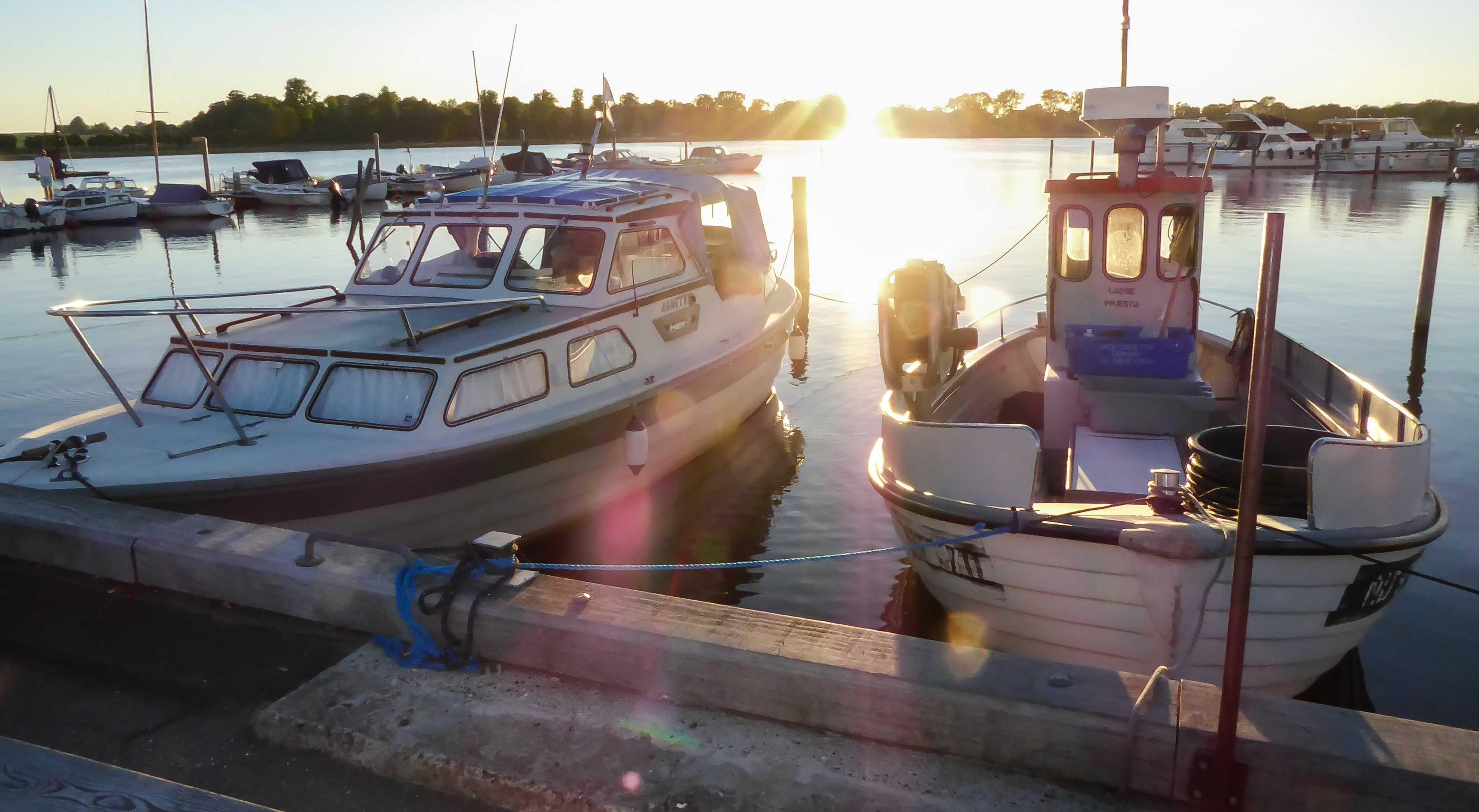 Boote in der Abendsonne im Hafen von Praesto.