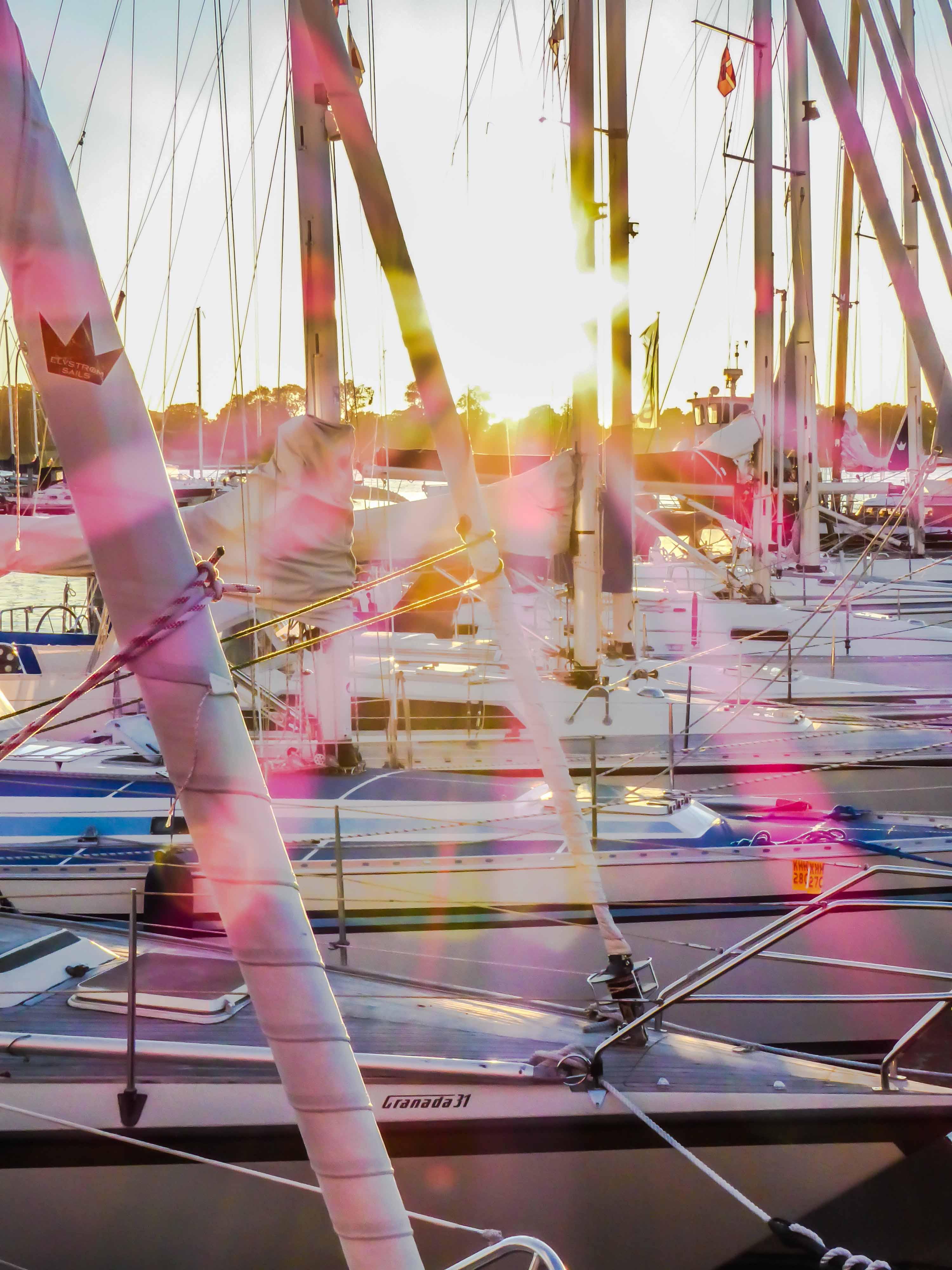 Abenstimmung im Hafen von Praesto. Das Licht bricht sich in den Masten der Boote.