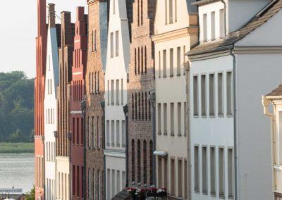 Sanierte Bürgerhäuser in der Altstadt von Rostock.