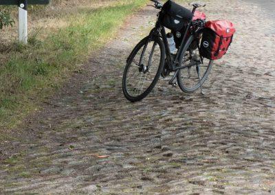 Immer wieder müssen Radler in Mecklenburg lange Kopfsteinpflasterstrecken passieren. Dann heißt es: Lenker festhalten!