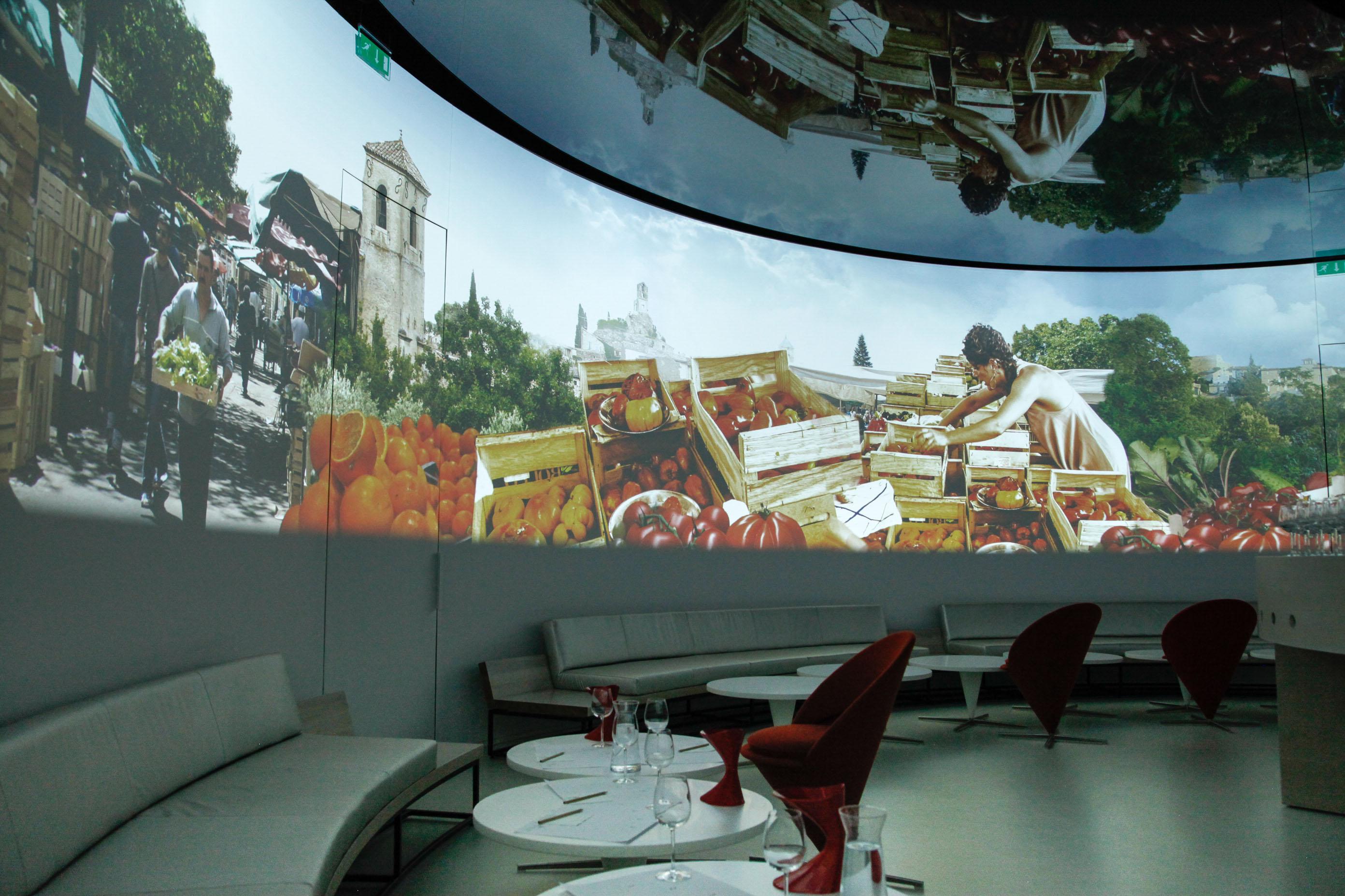 Zum Weinbaumuseum gehört ein multimedialer Sensorik-Raum. Ein Duft wird eingeleitet, er muss erraten werden.