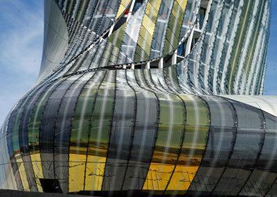 Das Licht spiegelt sich in den farbigen Aluminiumplatten, aus denen die Hülle des Museums besteht.