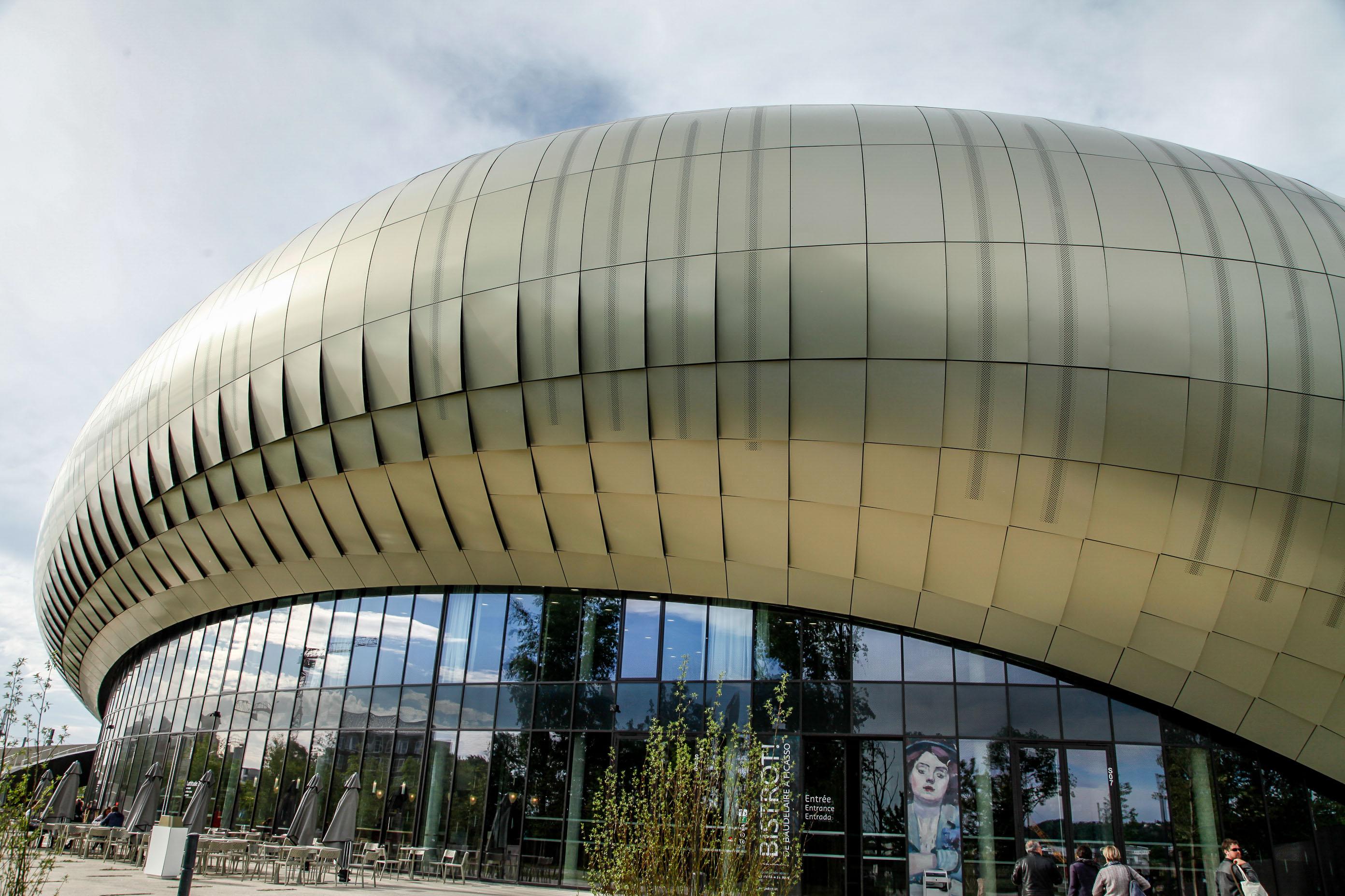Die Fassade des Weinmuseums besteht aus farbigen Aluminiumplatten.