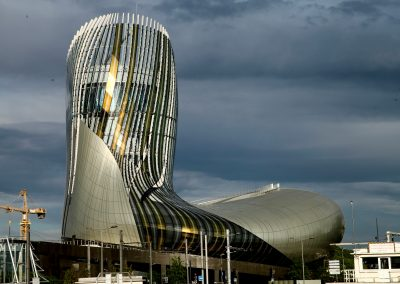 Die Abendsonne spiegelt sich in der Fassade des Weinmuseums von Bordeaux, der cité du vin.