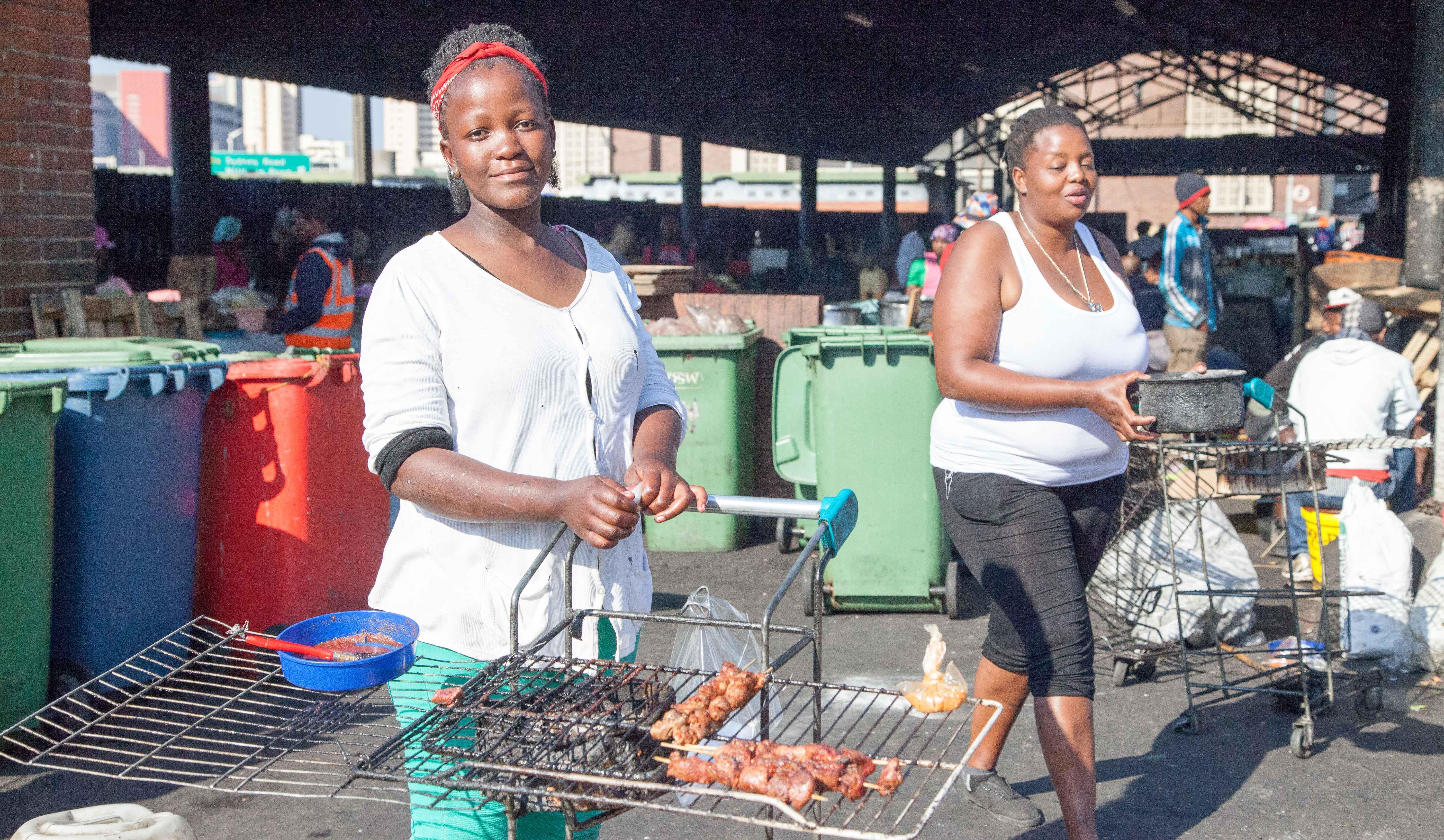 Über dem Rost von Einkaufswagen grillen diese Frauen Kopffleisch und Innereien, die der Metzger nebenan liefert.