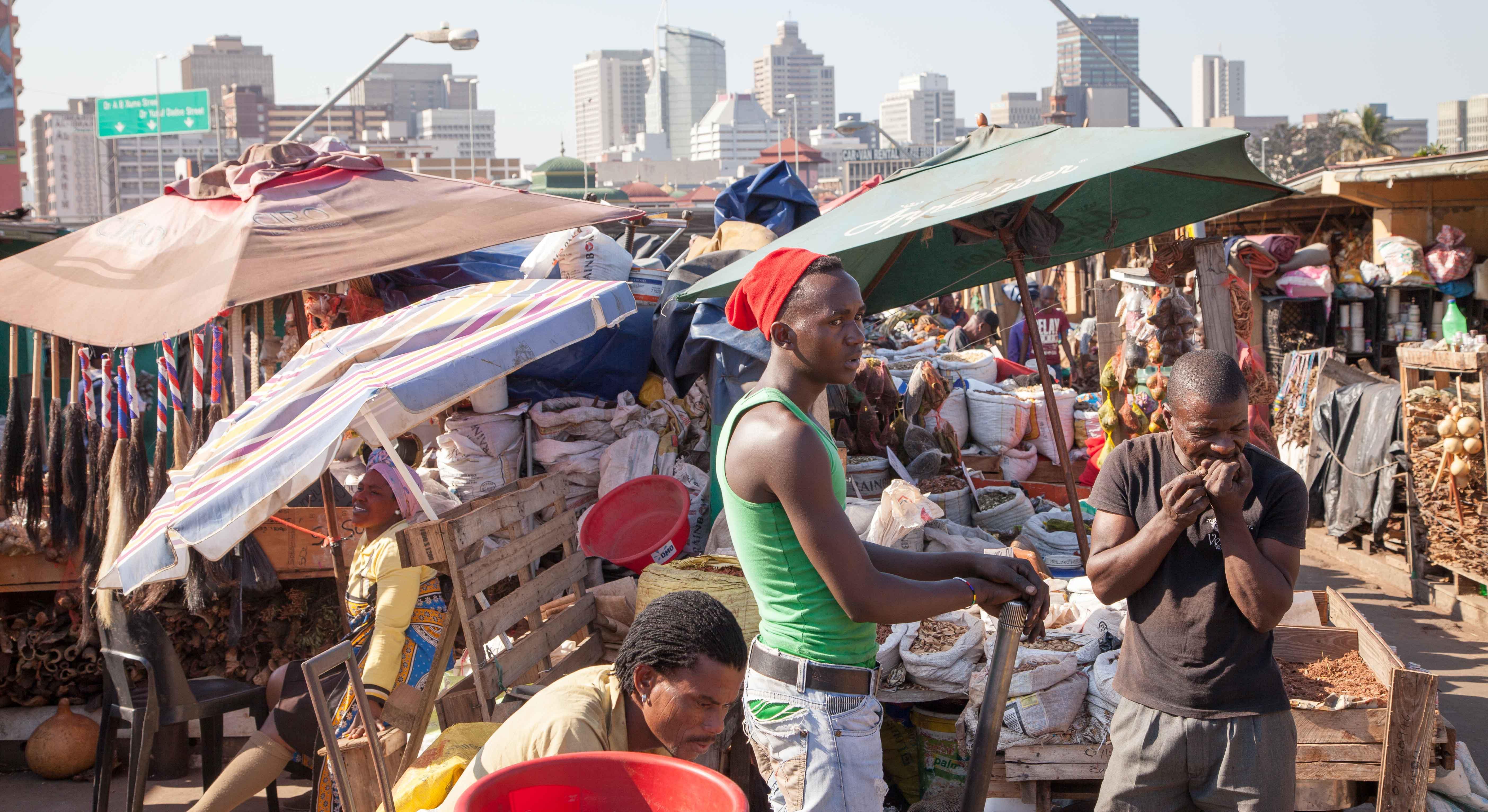 Der afrikanisches aller Märkte. Der Medizinmarkt vor der Kulisse des modernen Durban.