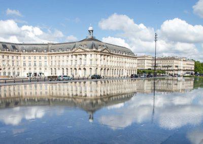 Mit seinen rund 3500 Quadratmetern Fläche soll der Wasserspiegel von Bordeaux der größte der Welt sein.