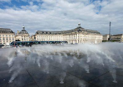 Die Düsen im miroir d'eau gegenüber der Börse von Bordeaux sprühen Wasserdampf, der den Platz in Nebel hüllt.