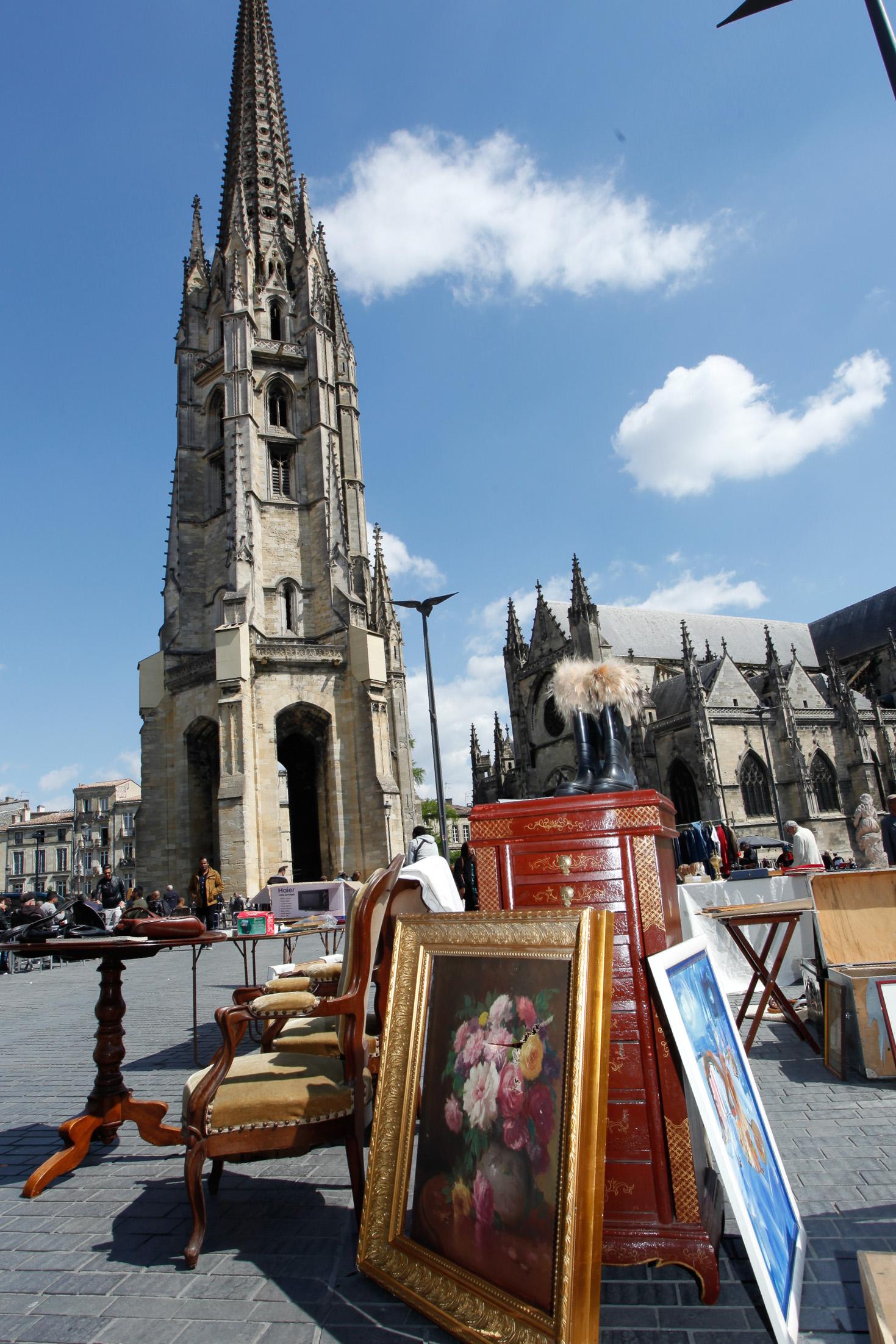 Trödel und ein Ölschinken vor der Kulisse des Kirchturms von St. Michel.