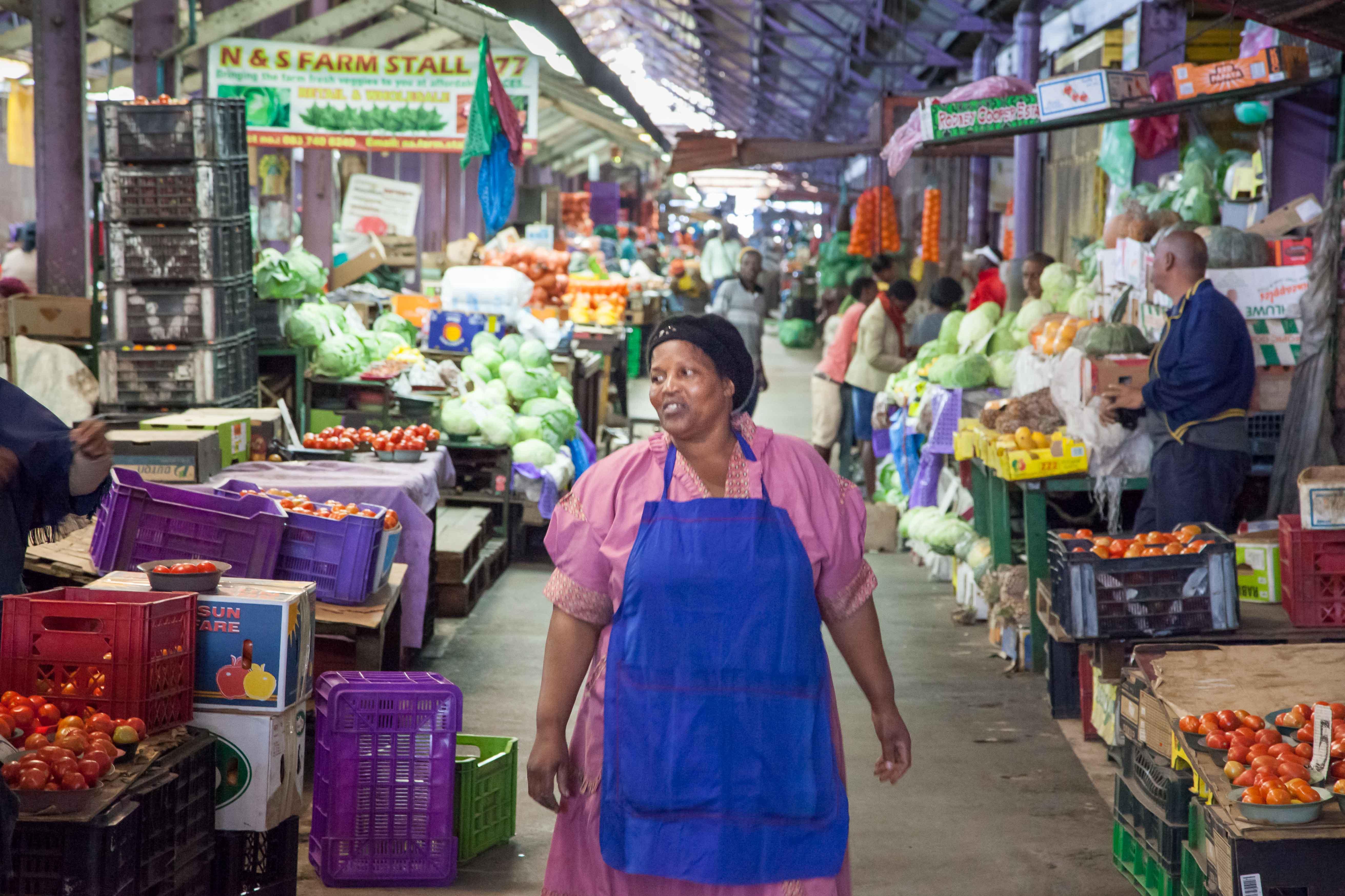 Obst und Gemüse, soweit das Auge reicht. Rund 700 Händler kämpfen um die Gunst der Kunden.