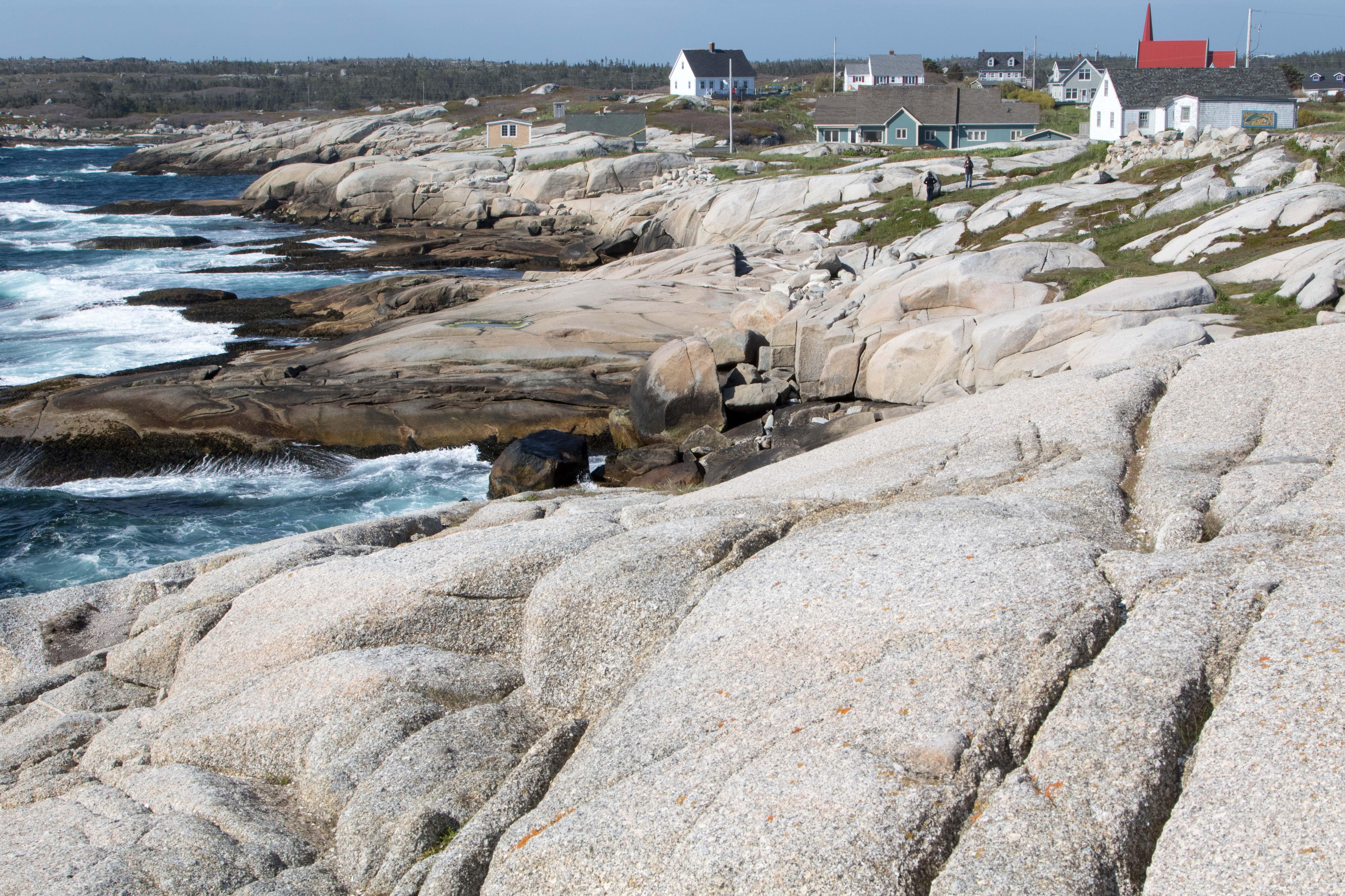 In der letzten Eiszeit sind die Felsen am Meer glatt geschliffen worden.