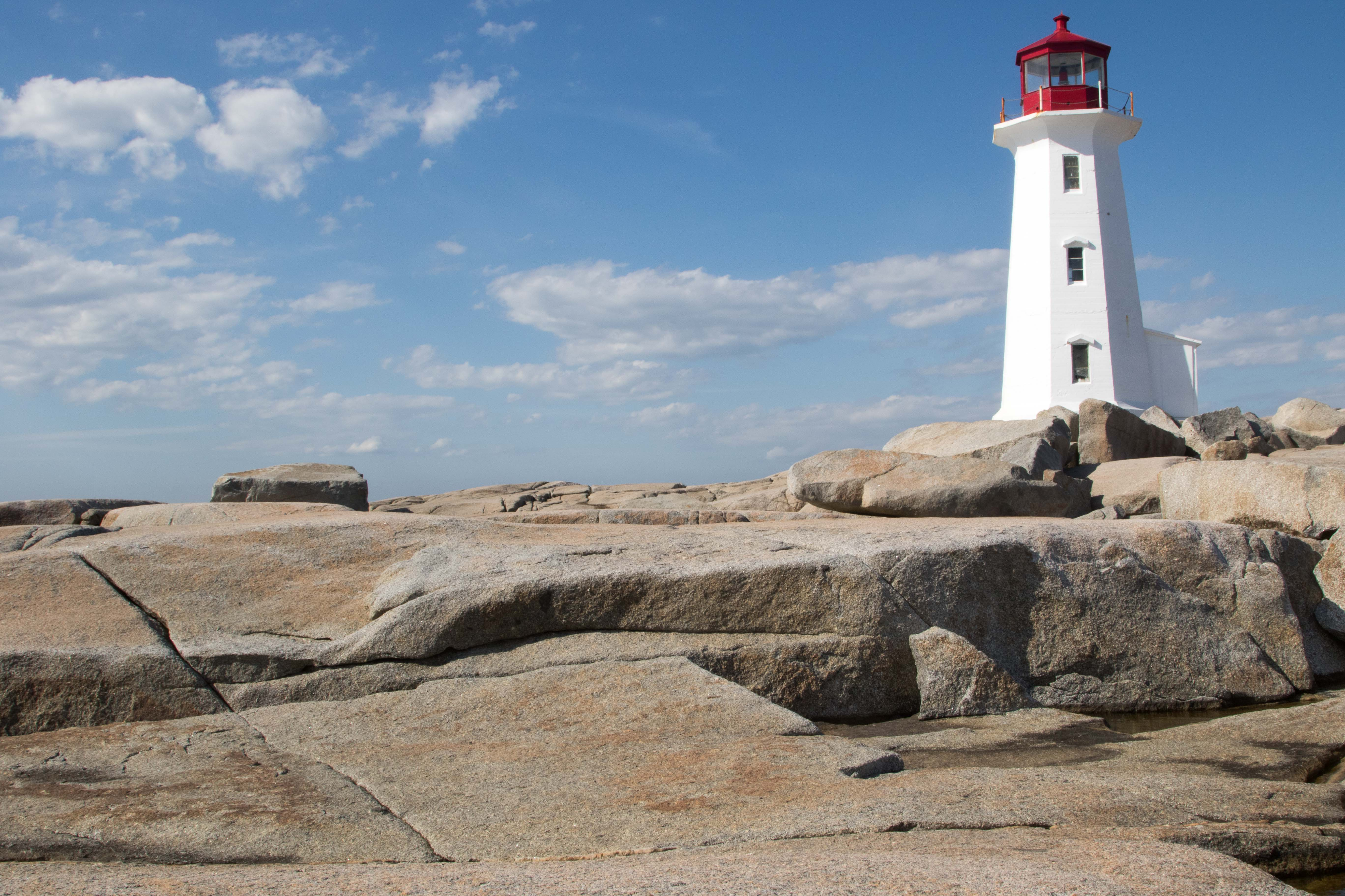 Weißer Riese mit rotem Käppchen, der Leuchtturm von Peggy's Cove aus der Nähe.