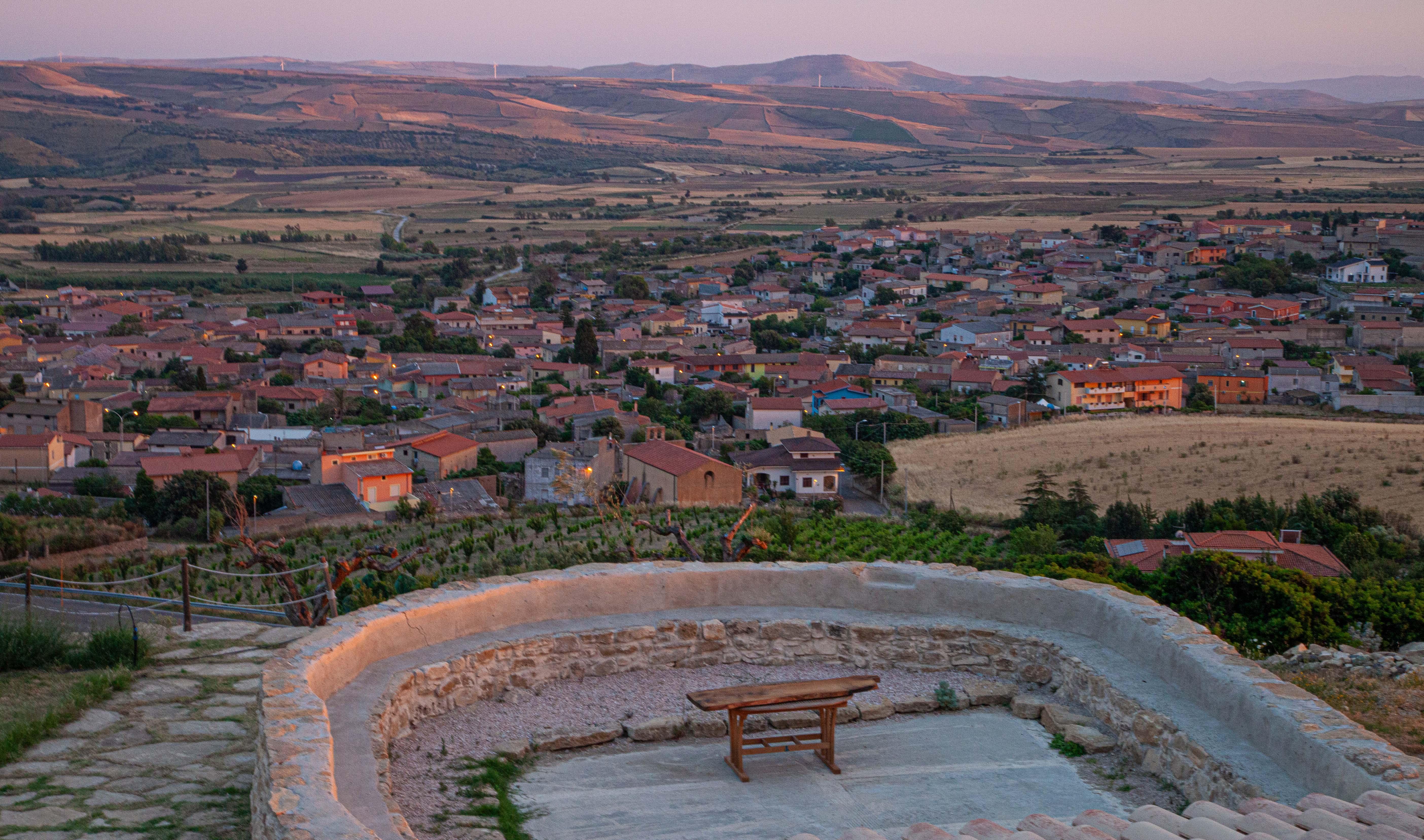 """Der Blick vom Landgut """"Is Perdas"""" auf das Dorf Gergei und die Marmilla. Die Landschaft ist nach der weiblichen Brust benannt."""