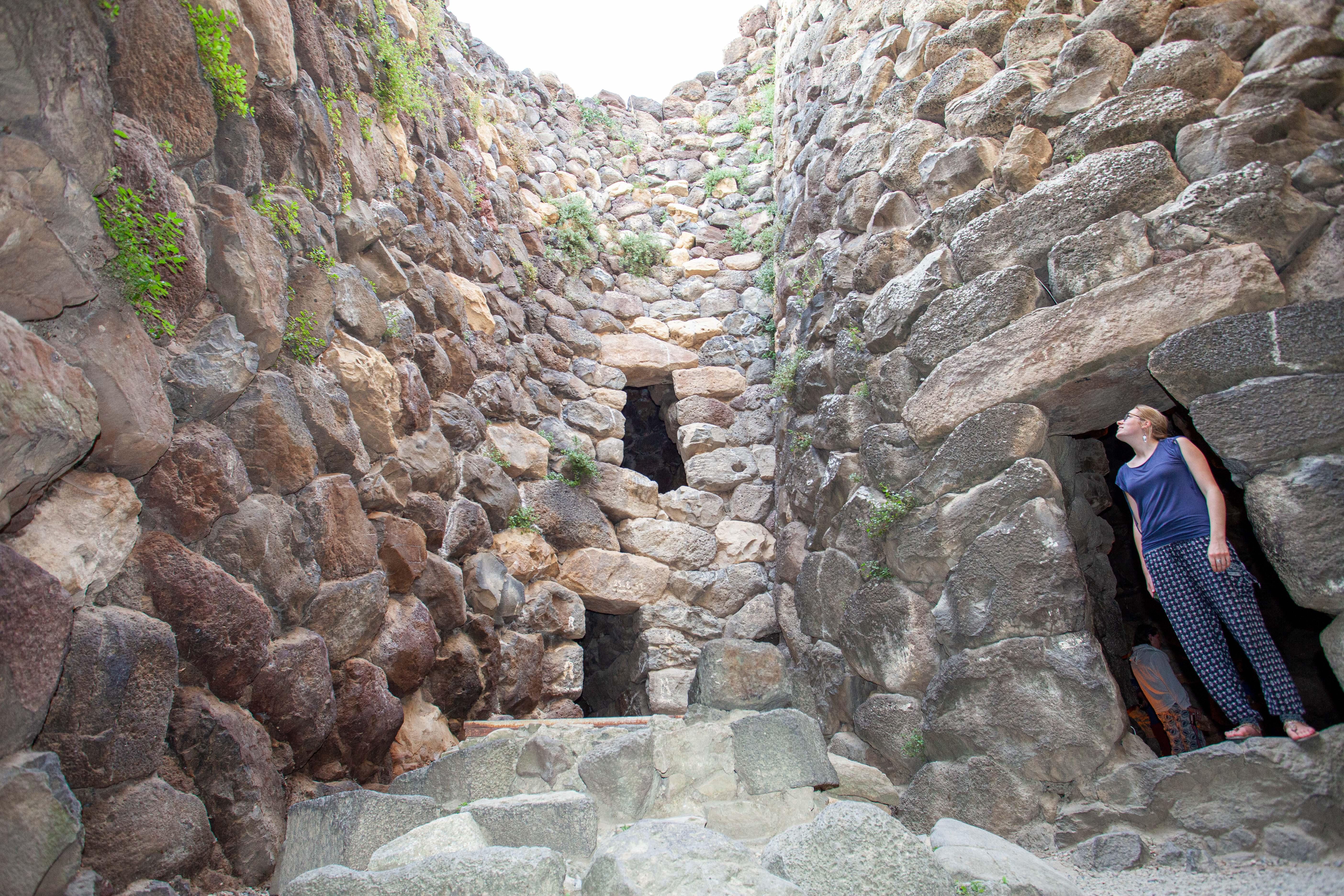 """Im Inneren von """"Su Nuraxi"""". Wie konnten zwischen diesen finsteren Steinen über Jahrhunderte nur Menschen leben?"""