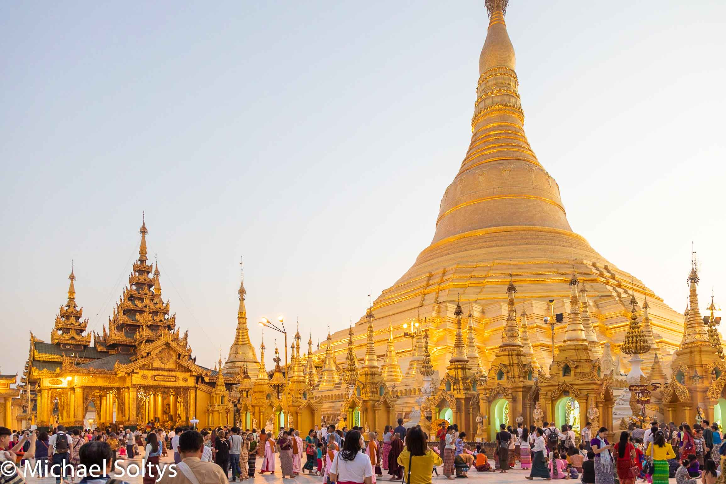 Die Besucher drängen sich auf den Plätzen rund um die Shwedagon-Pagode in Myanmar.