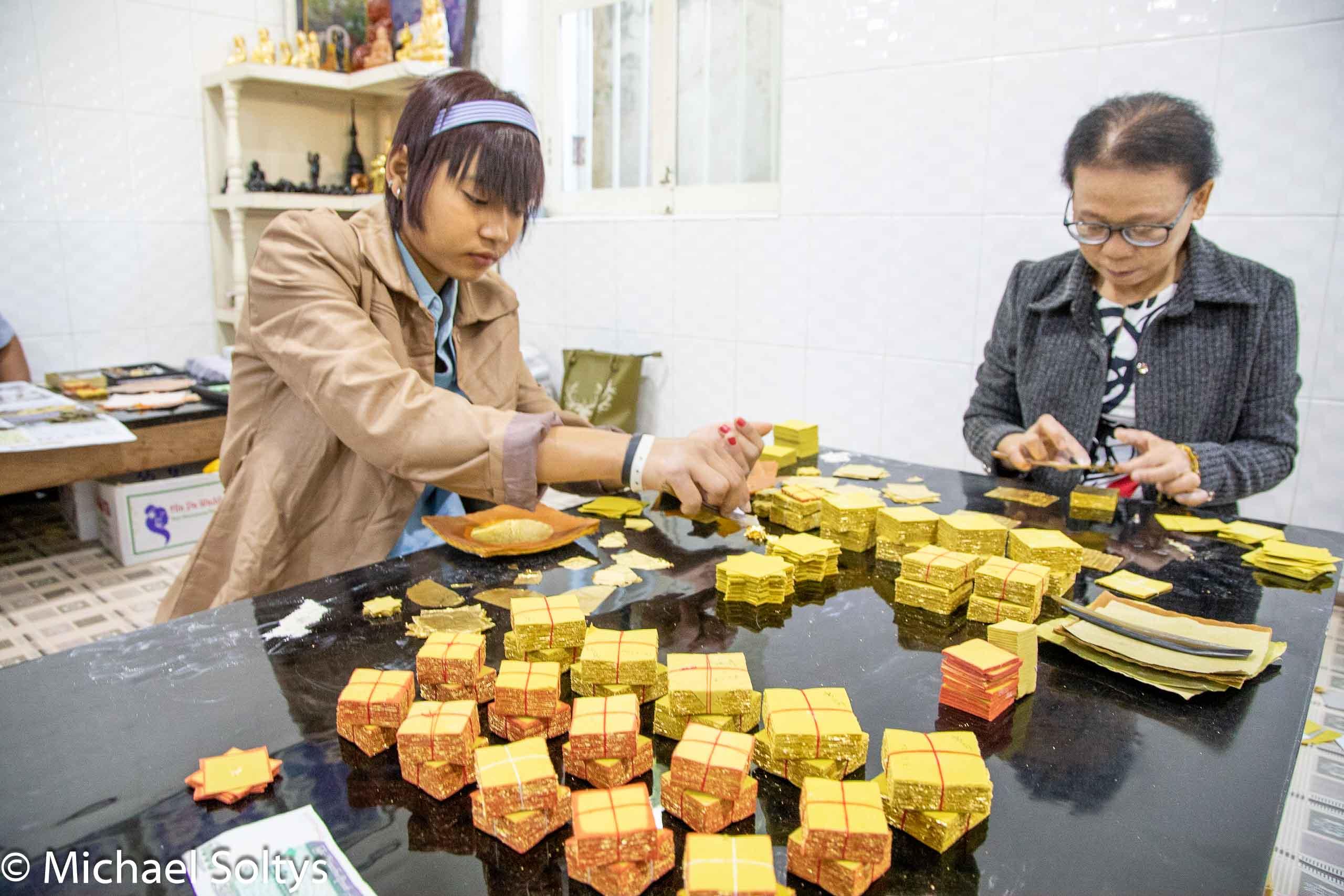 Gold im Wert von vielen Tausend Euro geht durch die Hände der beiden Frauen, die das Blattgold sortieren.