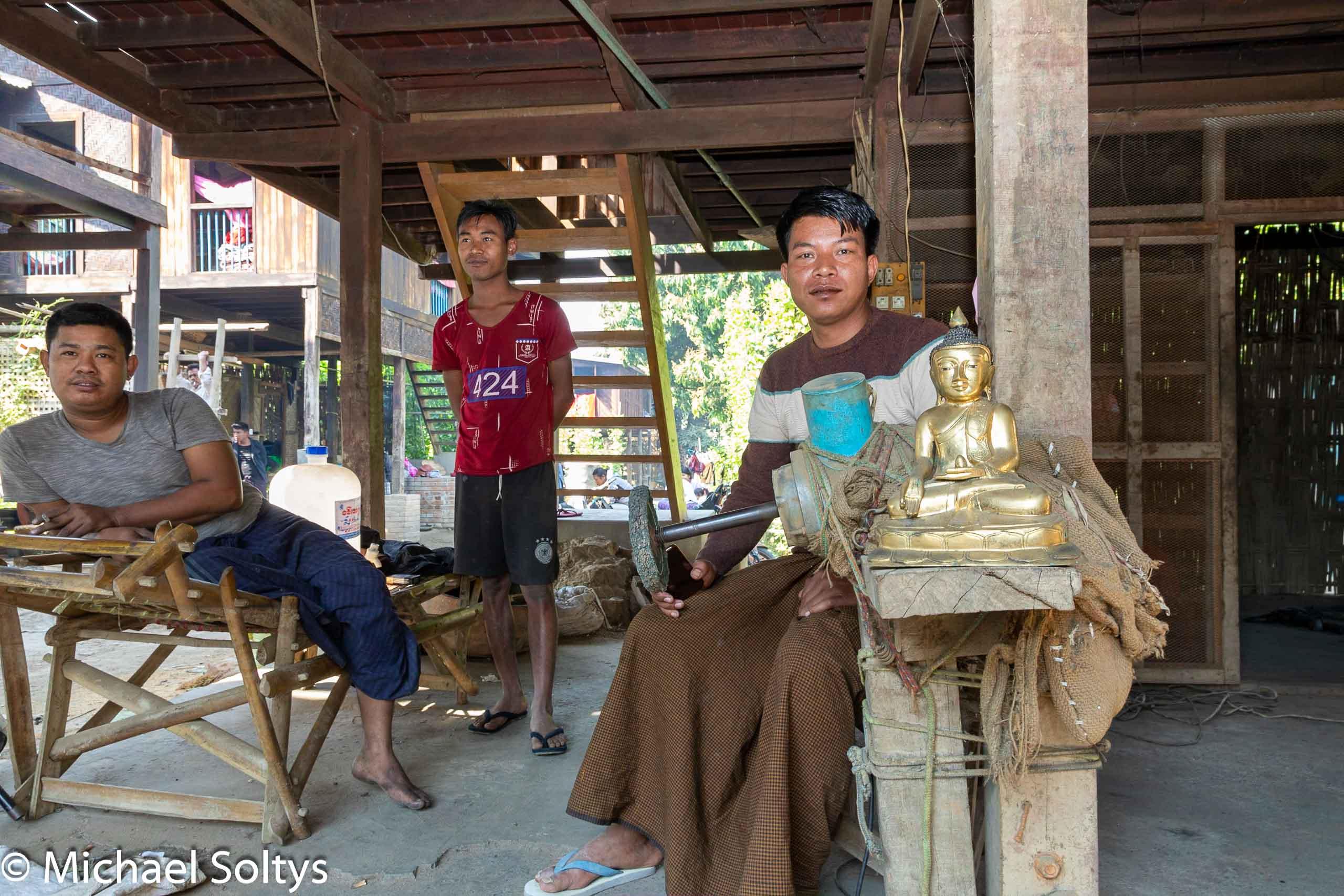In Tonformen haben Handwerker diesen goldfarbenen Buddha gegossen.