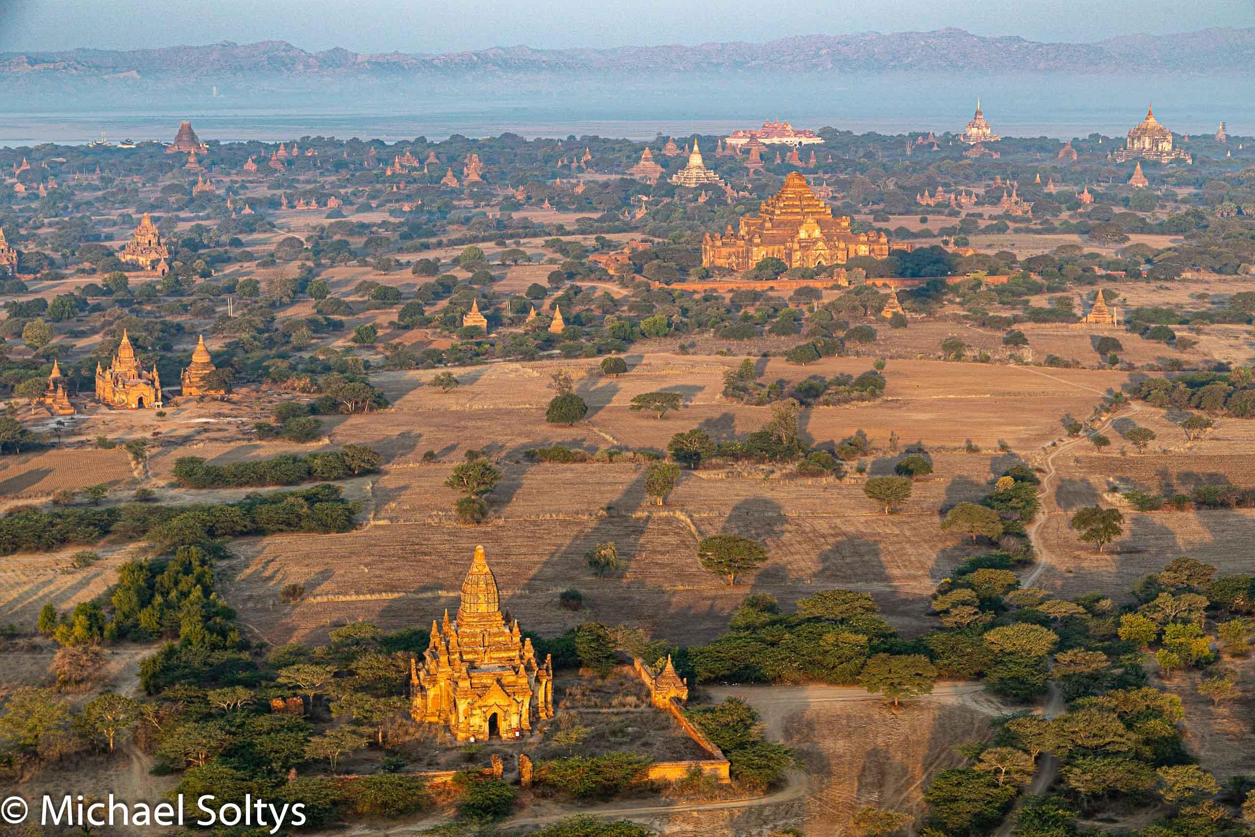 Die Pagodenlandschaft von Bagan aus der Luft.
